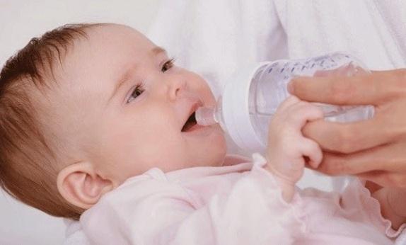mẹo chữa nấc cụt cho trẻ
