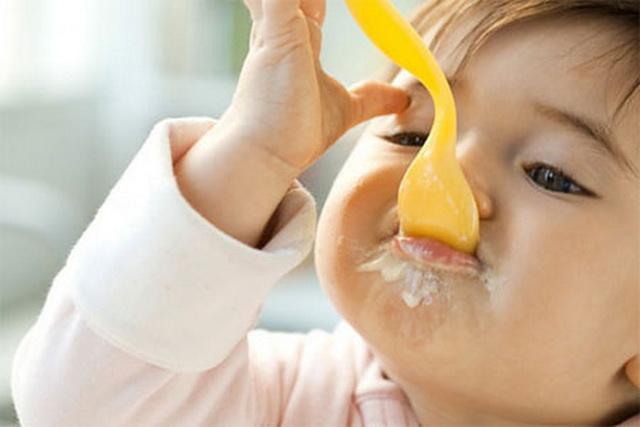 trẻ ăn váng sữa lúc nào trong ngày