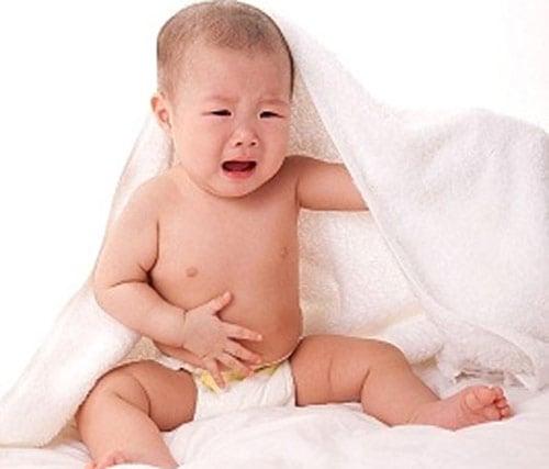 trẻ nhỏ bị đau bụng
