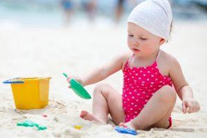 chuẩn bị đồ cho bé đi du lịch biển